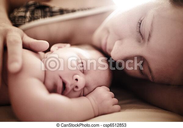 pasgeboren baby, slapende - csp6512853