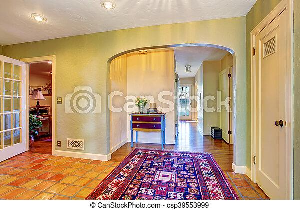 Interior vacío del pasillo con paredes verdes y alfombra - csp39553999