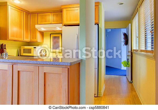 Cocina y pasillo con puerta abierta - csp5880841