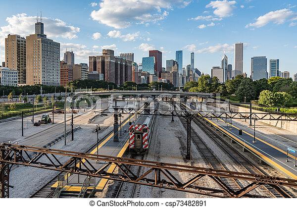El horizonte de Chicago desde el paso elevado del ferrocarril - csp73482891