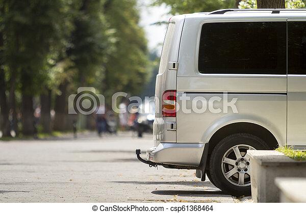 passager, été, détail, rue, garé, taille, ville, copie, fourgon, espace, trottoir, arrière-plan., bokeh, luxe, blanc, voyante, arbres, brouillé, minibus, piétons, silhouettes, vert, vue côté - csp61368464