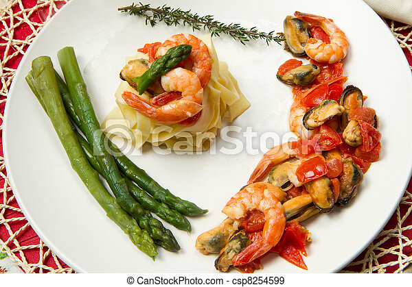 pasta with shrimp, mussels and fresh asparagus - csp8254599