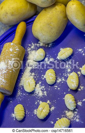 Haciendo pasta Gnocchi - csp14716561