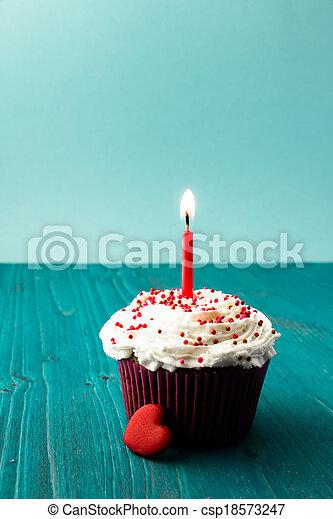 Dulce pastel de cumpleaños con velas - csp18573247