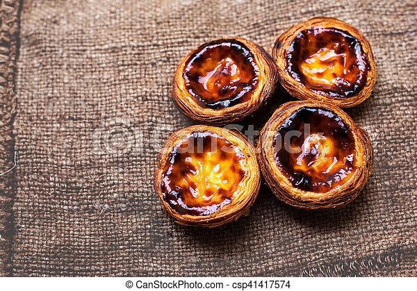 Pastel de nata, pastel de crema tradicional portuguesa. Tarta de huevo - csp41417574