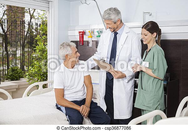 patiënt, centrum, arts, het kijken, rehab, verpleegkundige, senior - csp36877086