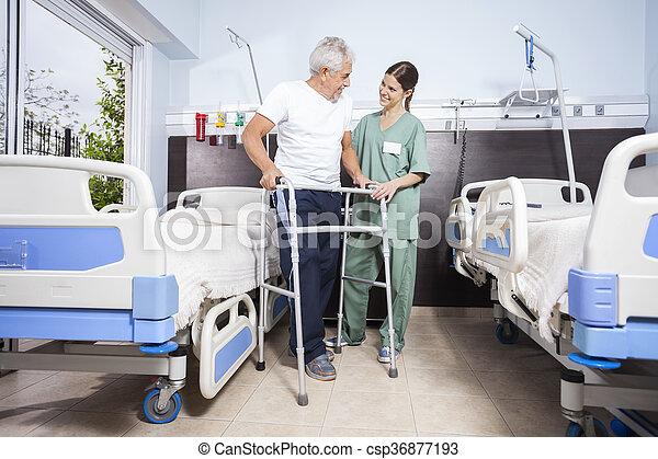 patiënt, centrum, het kijken, rehab, terwijl, walker, gebruik, verpleegkundige - csp36877193