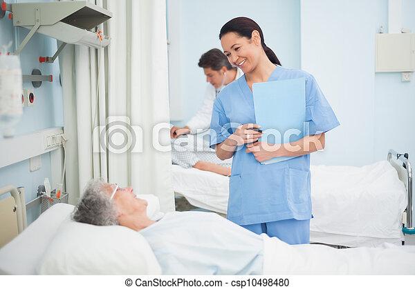 patient, infirmière, sourire - csp10498480