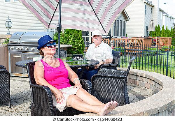 patio, couple, upmarket, personnes agées, délassant - csp44068423