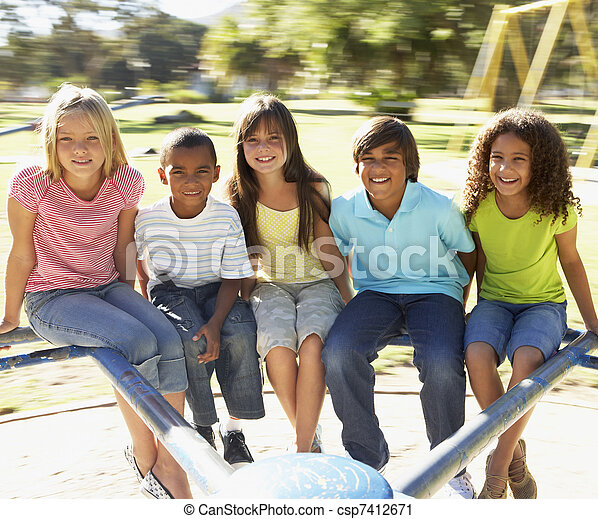 Un grupo de niños cabalgando en el patio de juegos - csp7412671