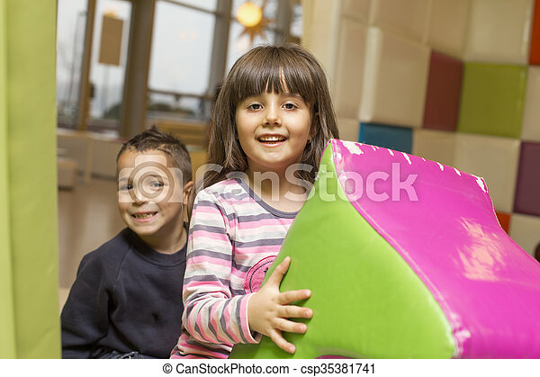 patio de recreo, niños - csp35381741