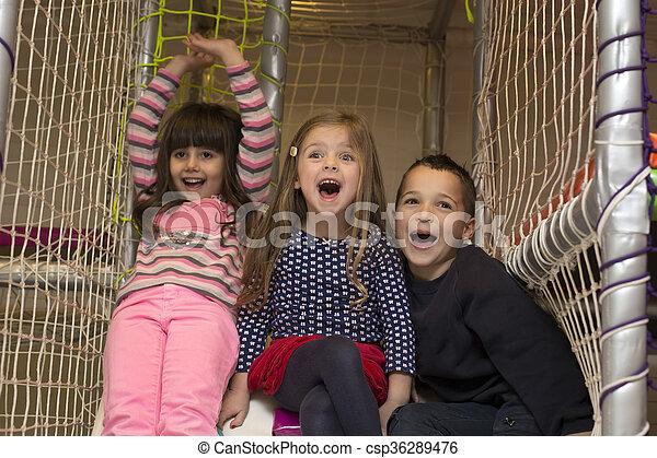 Niños en el patio de juegos - csp36289476
