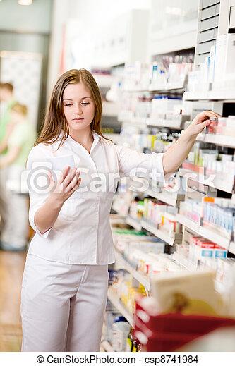 patrząc, farmaceuta, recepta - csp8741984