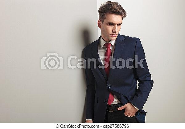 patrząc, zadumany, handlowy, młody, na dół, człowiek - csp27586796