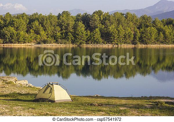 Tienda cerca del lago al amanecer en pavo - csp57541972