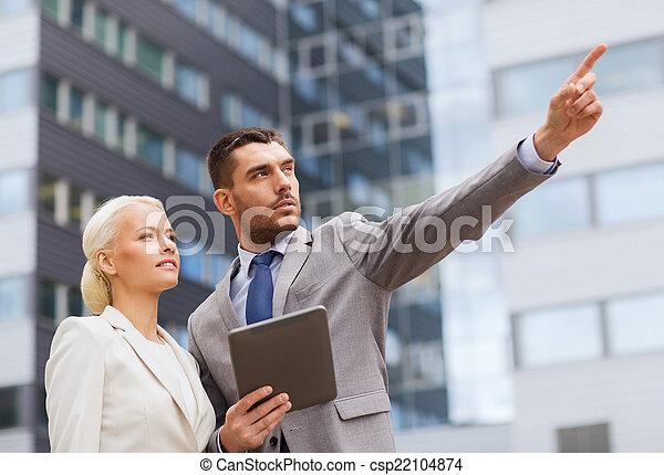 pc, serio, uomini affari, tavoletta, fuori - csp22104874