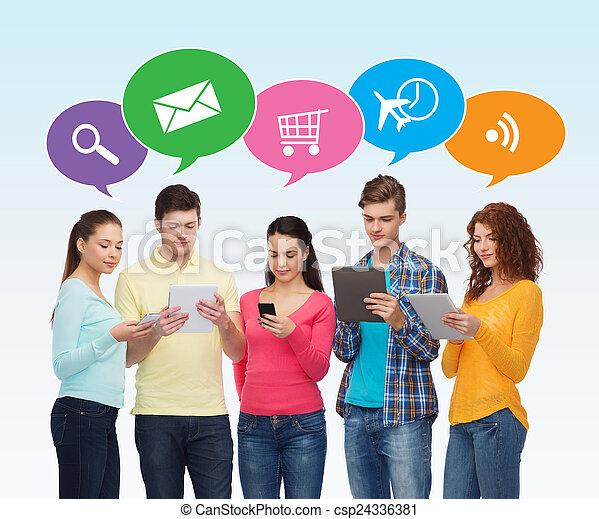 Gruppe von Teenagern mit Smartphones und Tablet PC - csp24336381