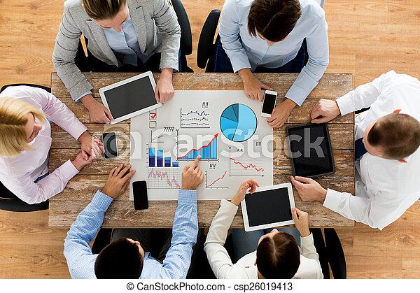 Business-Team mit Smartphones und Tablet PC - csp26019413