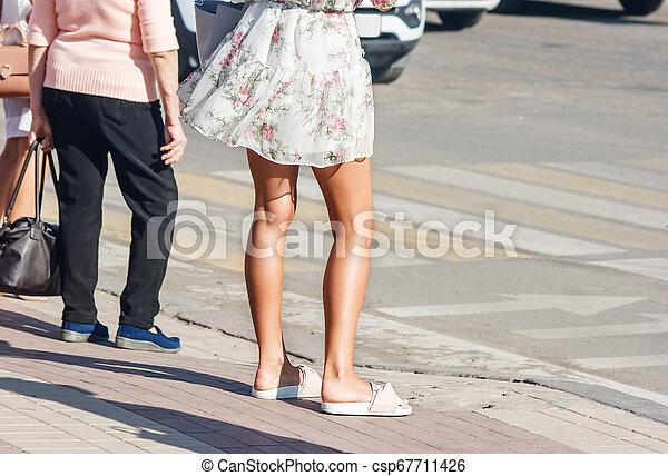 Los peatones esperan una señal para cruzar la carretera - csp67711426