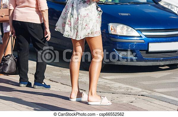 Los peatones esperan una señal para cruzar la carretera - csp66552562