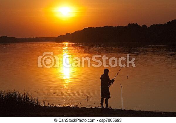 El hombre pesca - csp7005693