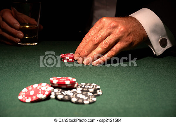 Jugador de cartas en el casino con fichas - csp2121584