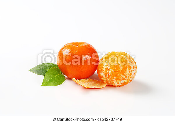 peeled and unpeeled clementines - csp42787749