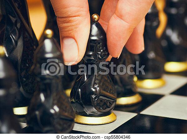 pegno, spostare, dita, persona, nero, scacchi, board., marche, primo - csp55804346