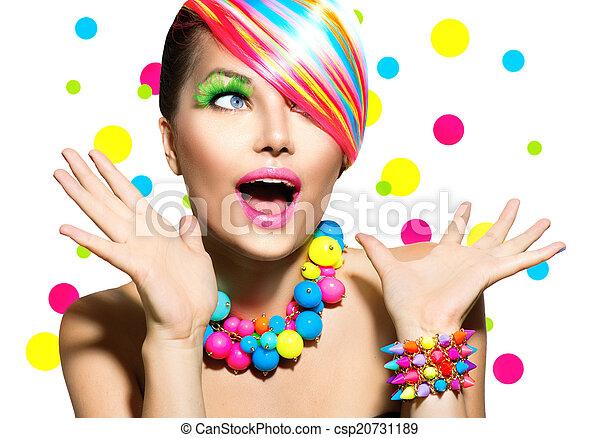 Retrato de belleza con manicura colorida y peinado - csp20731189