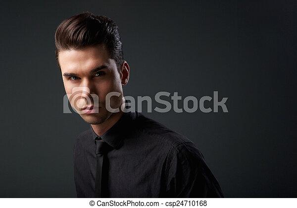 Un joven moderno con un peinado genial - csp24710168