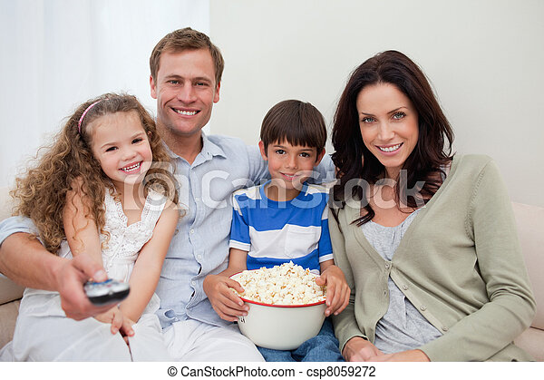 Familia viendo una película juntos - csp8059272