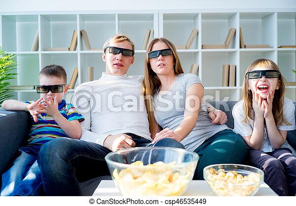 Familia viendo una película en 3D - csp46535449