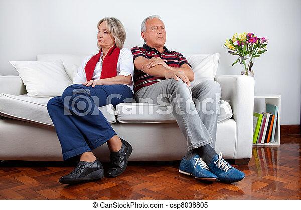 pelea, sofá, pareja, después, sentado - csp8038805