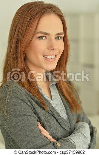 Una joven pelirroja sonriente - csp37159962