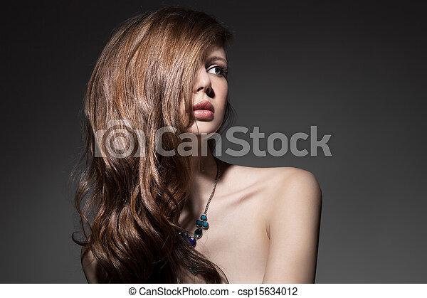Hermosa morena. Cabello largo y saludable - csp15634012