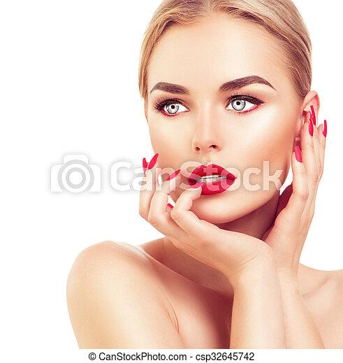 Hermosa mujer modelo con cabello rubio, pintalabios rojo y uñas - csp32645742