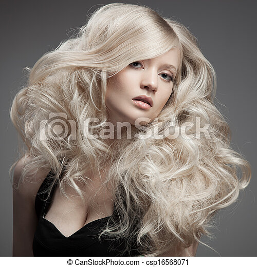 Hermosa rubia. Pelo rizado y largo - csp16568071