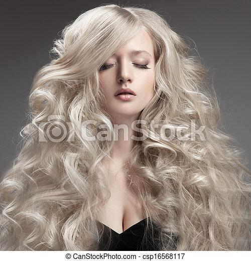 Hermosa rubia. Pelo rizado y largo - csp16568117