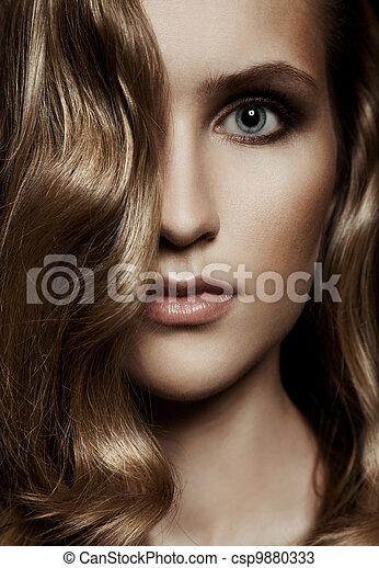 Hermosa mujer. Cabello largo y saludable - csp9880333
