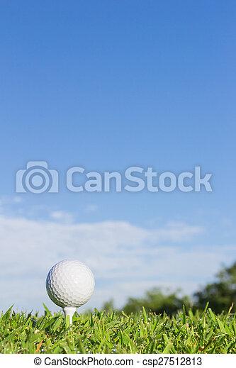 Bola de golf en un tee con fondo del cielo - csp27512813