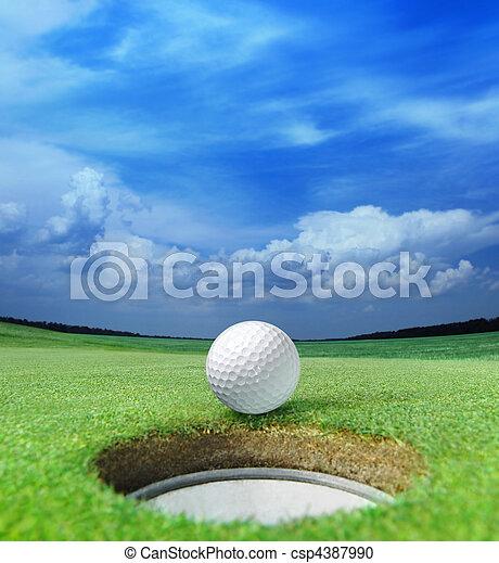 Bola de golf en labio - csp4387990