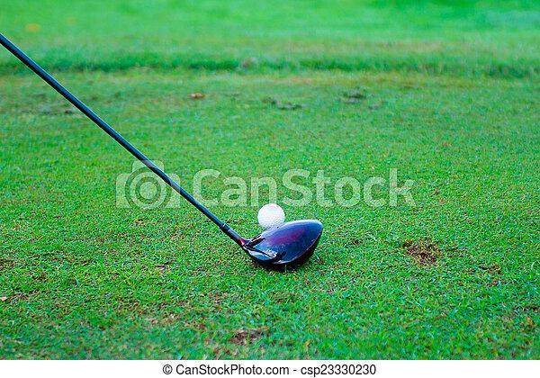 Bola de golf detrás del conductor en el campo de prácticas, mucho espacio de copia A - csp23330230