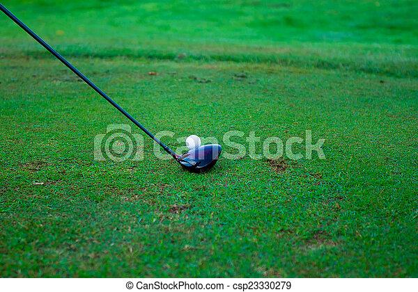 Bola de golf detrás del conductor en el campo de prácticas, mucho espacio de copia A - csp23330279