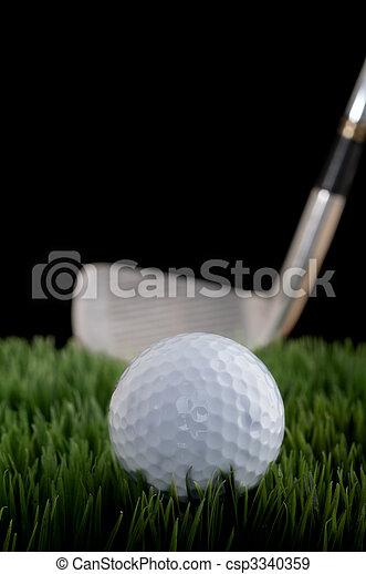 Una imagen superficial de una pelota de golf y un palo de hierba - csp3340359