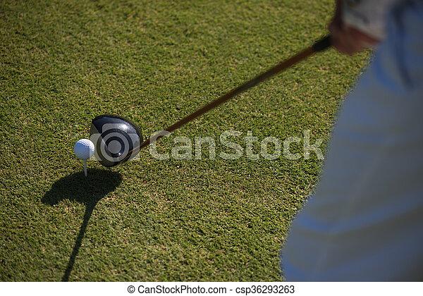 La mejor vista del club de golf y la pelota en la hierba - csp36293263