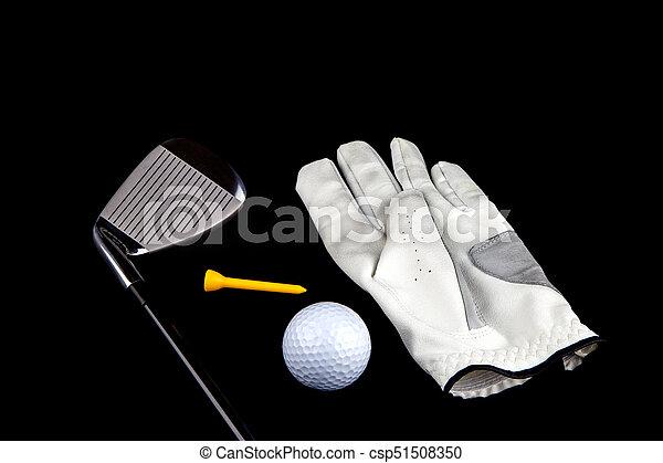 Club de golf con guante y tee en el fondo negro - csp51508350