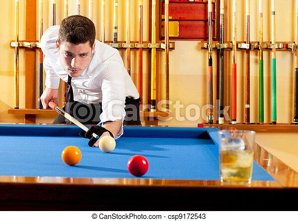 Ganador de Billar apuesto hombre jugando con taco y pelotas - csp9172543