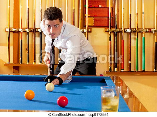 El ganador del billar, guapo, jugando con tacos y pelotas - csp9172554