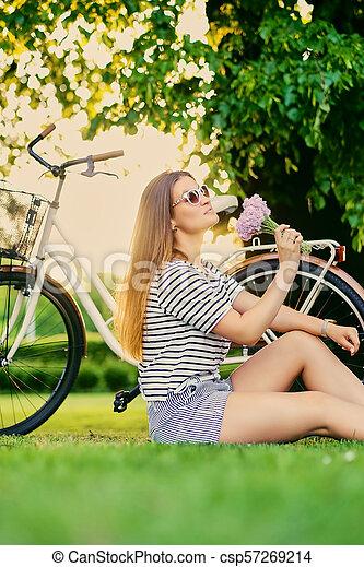 pelouse, brunette, ensoleillé, park., femme, assied - csp57269214