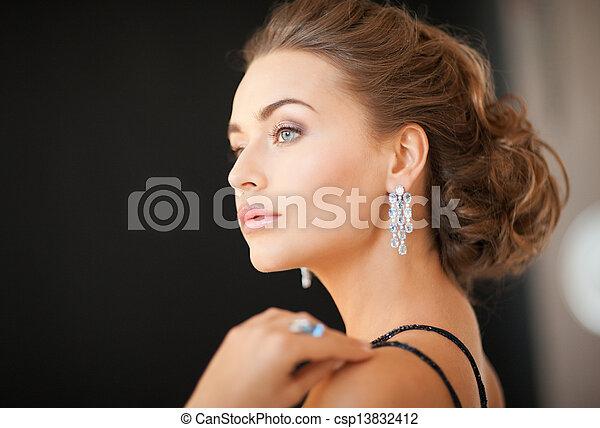 Una mujer con pendientes de diamantes - csp13832412